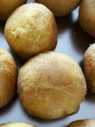 Arancini gefüllt mit Safran, Erbsen und Scamorza Käse