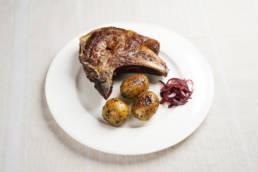 Kalbskarree mit Wirsing-Creme, Zwiebelflakes und karamellisierten Kartoffeln