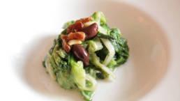 Endiviensalat mit Rosinen, Oliven und Pinienkernen