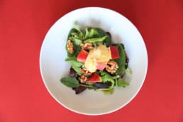 Salat mit Äpfeln, Nüssen und Zitrone-Honig Vinaigrette