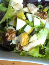Italienischer Salat mit Birnen, Nüssen und Grana Padano Käse
